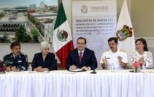 El gobernador Javier Duarte de Ochoa firmó la Iniciativa de la nueva Ley de Protección Civil.