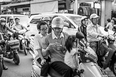 Pause rflexion dans le trafic vietnamien (adrien.morlent) Tags: street bw asia streetphotography nb vietnam cube streetphoto asie pause rubiks insolite jeux photoderue stphotographia