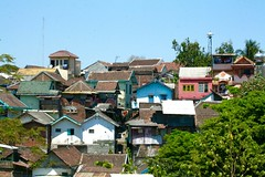 houses in colors (assis sur le rebord du monde...) Tags: voyage road trip travel hot animals canon indonesia asia colours adventure jakarta yogyakarta malang backpacker surabaya traveler photographe indonsie 400d poucepouce