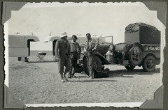 "Archiv F285 Touristen am ""Bidon V"" in der Tanezrouft, 1930er (Dank an najjaricherif) (Hans-Michael Tappen) Tags: sahara algeria frankreich desert aviation helmet maghreb afrika algerie landschaft legion helm wste armee dsert luftwaffe colonie cgt frencharmy aronautique frenchforeignlegion colonialisme nordafrika kolonie kolonien armedelair foreignlegion fremdenlegion lgion algerien legionr lgionnaire kolonialzeit kolonialgeschichte lgiontrangre kpiblanc franzsischearmee tanezrouft bidon5 archivhansmichaeltappen flugaufklrung tanezrouftpiste bidonv postecortier pistedutanezrouft ciegnraletranssaharienne"