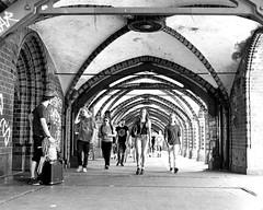 Im Gleichschritt/Marching People (floressas.desesseintes) Tags: berlin kreuzberg brücke friedrichshain bogen oberbaumbrücke bogengang schwarzweis streetfotografie