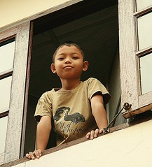 boy in a window (the foreign photographer - ฝรั่งถ่) Tags: boy window portraits canon thailand kiss bangkok khlong bangkhen thanon 400d