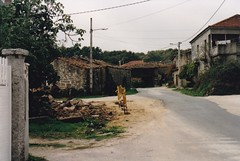 24 de outubro de 1998: A estrada o seu paso por Couso de Limia  (Sandis - Ourense )antes da sa ampliacin. Pdense observar as palleiras que foron expropiadas para a ampliacin da estrada. (Xav Feix) Tags: rural galicia obras ourense concello sandis limia alimia mellora concellodesandis