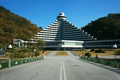 Hyangsan Hotel (Frhtau) Tags: mountain building tourism architecture del landscape asian star hotel design asia do floor five eingang main north entrance style korea du east berge korean architektur sight landschaft luxury gebude nord tourismus norte core corea dprk coria coreia nordkorea etagen    hyangsan mountainious      myhongyang