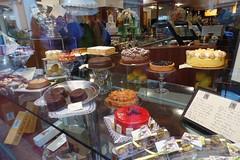 L'imbarazzo della scelta (martini_bianca) Tags: caf st lago garda negozio di vetrina torta torte konditorei sacher pasticceria clienti torten auslage sal honor kunden martinibianca