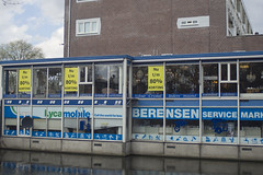 Almost free (Arne Kuilman) Tags: netherlands amsterdam licht hardwarestore discount aperture nederland tokina handheld winkel 24mm f28 rmc gracht wideopen lend korting aanbieding em10 berensen