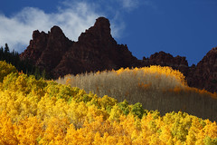 Sievers Mountain, Maroon Bells (Bryan Carnathan) Tags: travel blue autumn fallleaves usa mountain mountains fall yellow clouds contrast canon landscape eos colorado colorful day unitedstates bright outdoor peak bluesky 300mm telephoto aspens aspen gitzo maroonbells yellowleaves mountainscape aspentrees landscapephotography mountainpeak outdoorphotography sieversmountain jaggedmountains canoneos5dmarkiii maroonbellsscenicarea canonef70300mmf456lisusmlens bryancarnathan