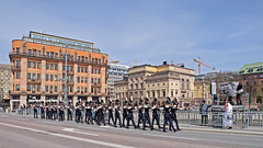 Grenadier guards march across the Vasa bridge in Stockholm (Franz Airiman) Tags: stockholm vasabron grenadierguards livgardet grenadjrvakt