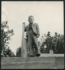 Archiv C883 Blick von oben, 1950er (Hans-Michael Tappen) Tags: boy outfit child baustelle kind 1950s mode junge anzug rohbau kleidung ostalgie 1950er ddrzeit archivhansmichaeltappen