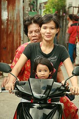 three generations on a motorcycle (the foreign photographer - ฝรั่งถ่) Tags: portraits canon thailand three kiss bangkok motorcycle generations khlong bangkhen thanon 400d