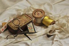 Un peu de couture ? (Hélène Quintaine) Tags: composition fil soie couture dentelle dé boite ciseaux tissu création aiguille bobine étoffe