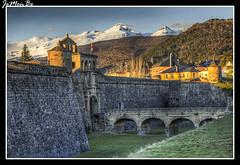 Ciudadela de Jaca con Collarada (jemonbe) Tags: atardecer huesca nieve jaca pirineos pirineoaragones jacetania collarada castillodesanpedro valledelaragn collaradeta ciudadeladejaca jemonbe
