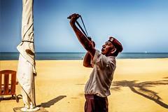 security man (von Renate Bomm) Tags: people beach sand security srilanka lk vgel magicmoments westernprovince negombo 2016 366 schtzen krhen schleuder securityzone zwille abschiesen flickrunitedaward renatebomm