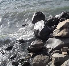 Piedras en el Lago (imageneslibres) Tags: naturaleza sol lago agua olas rocas piedras celeste espuma marea
