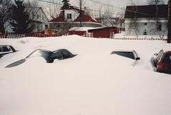 ** La tempte de neige ** (Impatience_1) Tags: auto winter house snow car fence hiver snowstorm m scanned neige snowfall maison impatience clture coth supershot temptedeneige numrise chutedeneige coth5 14mars1993