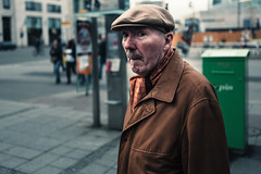 (Christian Schirrmacher) Tags: street leica color berlin candid streetphotography streetphoto strase leicaq schirrmacher strasenfotografie strasenfoto streetpassionaward chriscandid