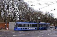 R2-Wagen 2121 biegt am Ostfriedhof ab (Frederik Buchleitner) Tags: munich münchen tram streetcar redesign trambahn 2121 linie7 strasenbahn museumstram mvgmuseum museumslinie r2wagen