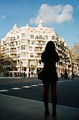 Casa Mil (Luis Andrei Muoz) Tags: barcelona leica film architecture analog analgica arquitectura casamil lapedrera kodakfilm antonigaud filmphotography kodakportra400 zeissbiogon28mmf28zm leicama