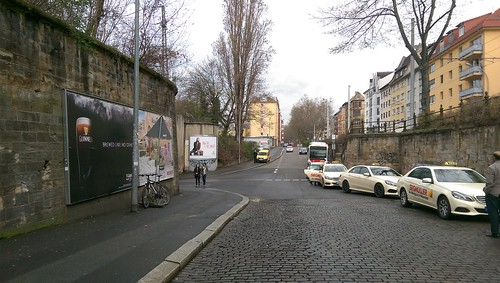 An Taxi-Haltestelle vorbei, dann links in Tunnel