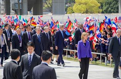 Secretary Kerry and His G7 Counterparts Pass School Children Upon Arrival at the Hiroshima Peace Memorial Park (U.S. Department of State) Tags: uk italy canada france japan germany unitedkingdom eu hiroshima johnkerry europeanunion g7 hiroshimapeacememorialpark frankwaltersteinmeier federicamogherini philiphammond fumiokishida