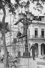 La Habana, Cuba (Manuel Blayo) Tags: bw film 35mm workers streetlight scaffolding streetlamp havana cuba hp5 farol habana ilford lampadaire obreros canonet28 echafaudage
