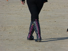 Pnktchengummis am Strand (willi2qwert) Tags: beach girl strand women wellies rubberboots gummistiefel wellingtons gumboots rainboots regenstiefel