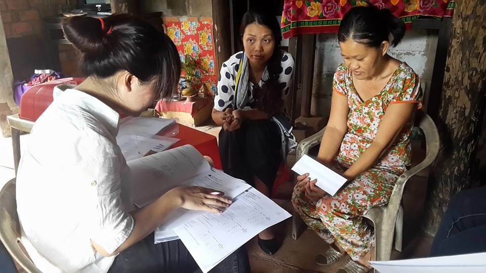 A health worker assesses a patient using the WHO Disability Assessment Scale with the supervision of project staff during a home visit in Thanh Hoa,Vietnam (© Pham Thi Oanh)