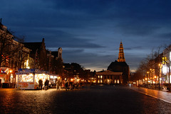 Vismarkt | Groningen (frata60) Tags: city evening nikon blauw nightshot tokina d200 groningen avond centrum stad vismarkt akerk avondfotografie kraam