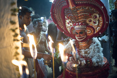 Theyyam (Karthi KN Raveendiran) Tags: travel art face festival indian festivals culture roadtrip kerala traveller facepaint southindia indianart theyyam kannur incredibleindia karthikn karthiknraveendiran chennainomad