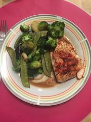 Gegrilde zalm met groenten en nori (tina.vanderauwera) Tags: look broccoli nori zalm limoen spruiten olijfolie peultjes chilipeper sojasaus
