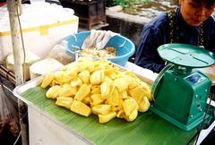 Thong Ma-Lay (Jackfruit) - Bangkok (jcbkk1956) Tags: street film fruit rollei analog 35mm thailand kodak bangkok stall rangefinder scales thai vendor manual jackfruit thonglo worldtrekker
