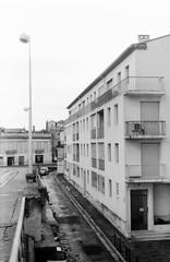 Arles 2016 02 (Nonnismi) Tags: bw france film bn provence arles francia condominium 400asa emptystreet provenza pellicola fomapan