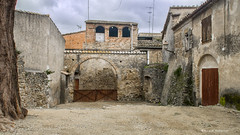 2019  Una calle de   Vullpellac, Baix empord, Girona (Ricard Gabarrs) Tags: plaza rural casa calle olympus rue airelibre masa ricgaba ricardgabarrus