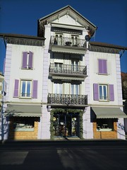// volets violets (Riex) Tags: house building facade switzerland purple suisse violet shutters fribourg maison btiment immeuble volets chatelstdenis g9x