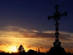Soleil couchant... (chang_j1) Tags: soleil ciel nuage soir croix