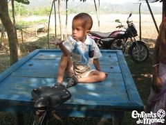 Bangladesh (Enfants du Monde) Tags: kid asia asien child transport kind health asie rickshaw enfant verkehr edm bangladesh sant gesundheit rikscha verkehrsmittel transportmittel enfantsdumonde meanoftransport bangladesch moyendetransport