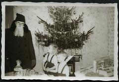 Archiv EE195 DDR-Weihnachtsmann, frhe 1950er (Hans-Michael Tappen) Tags: christmas xmas boy girl weihnachten children child christmastree kinder 1950s tinsel ddr nol weihnachtsbaum tannenbaum gongs ostalgie christbaum lametta arbredenol 1950er christmastreedecorations christbaumschmuck archivhansmichaeltappen weihnachachtsmann lamelledor