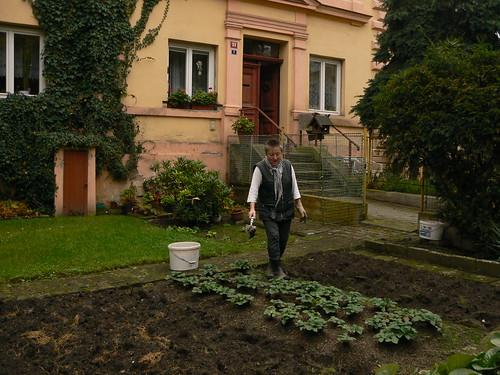 Frau Skálová pflegt ihren Garten
