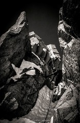 Le rappel des Cosmiques (Frédéric Fossard) Tags: texture nature sport montagne noiretblanc grain neige chamonix rappel 74 rocher couloir alpinisme hautesavoie mixte alpiniste arêtedescosmiques sportextrême
