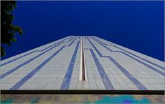 24/52 : looking up [Explored] (Hervé Marchand) Tags: bretagne rennes architecture immeuble building urbain maillols lignes lines sky ciel bleu blue canoneos7d 52 inexplore