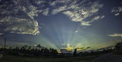 El resplandor del Sol. (Juan Diego Q U) Tags: sunset sky panorama cloud sun sol azul clouds atardecer paisaje el cielo nubes cae resplandor