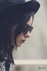Amanda 2.0. // 04 (Gorka Goitia) Tags: portrait beauty look sunglasses glasses dof retrato depthoffield diagonal hut desenfoque gafas sombrero mirada ritratto pdc profundidaddecampo gafasdesol enfoque