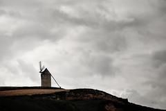 Windmolen in tegenlicht (Bram Meijer) Tags: windmill spain spanje lamancha donquijote molens windmolens campodecriptana