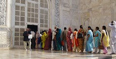 INDIEN, Agra - Taj Mahal - Menschenschlange  vor dem Eingang in das  Mausoleum,  13379/6273 (roba66) Tags: city travel people india building history tourism monument arquitetura architecture reisen asia asien cityscape platz urlaub capital kultur culture agra places visit menschen historic explore mausoleum stadt architektur historical tradition indien bau faade rajasthan fassade inde historie voyages geschichte inder marmor grabmal baukunst northernindia kulturdenkmal unescoweltkulturerbe taimahal mahal shah pradesh uttar taj roba66 indienagratajmahal mumtaz madhya indiennord ahan