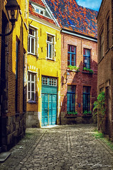 Eine kleine Gasse in Gent (Belgien) | A small, beautiful alley in Ghent (Belgium) (ColognePhotograph) Tags: street city colors beautiful photography photo alley klein colorful belgium stadt ghent photoart belgien gasse frhjahr farbenfroh wunderschn strase colognephotograph
