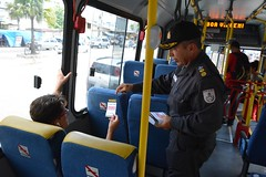 Comandante da Guarda Municipal, Rodrigo Barreto e o do comandante do 35º  BPM, Coronel França, instruiram pedesters sobre campanha do Disque-Denuncia. (itaborairj) Tags: policia guarda 16022016 disquedenuncia