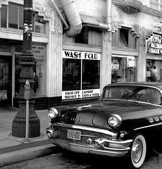 Market Street, San Francisco 1991 (Dave Glass . foto) Tags: sanfrancisco marketstreet hayesvalley laundromat lowerhaight uppermarket ilfordhp5film rolleicordv uptowncleaners littlehollywoodlaunderette 1956buick louisbiro