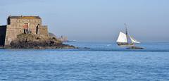 en avant (alouest225) Tags: sea mer seascape france landscape nikon ship bretagne explore d750 bateau paysage manche saintmalo illeetvilaine lerenard fortdupetitb ctrecorsaire