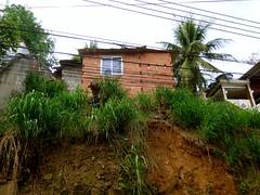 Casa correndo risco iminente de deslizamento (CatComm | ComCat | RioOnWatch) Tags: brazil water gua brasil riodejaneiro sewage favela picapau esgoto cordovil