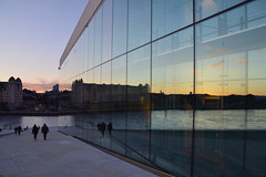 Operahuset double view (Snoeziesterre) Tags: sunset oslo norway zonsondergang sweden trains operahouse reflextion sne zweden reizen treinen noorwegen glasswall 2016 operahuset treinreis traintravels reflextie nvbs treinreizen winterreis operahuis